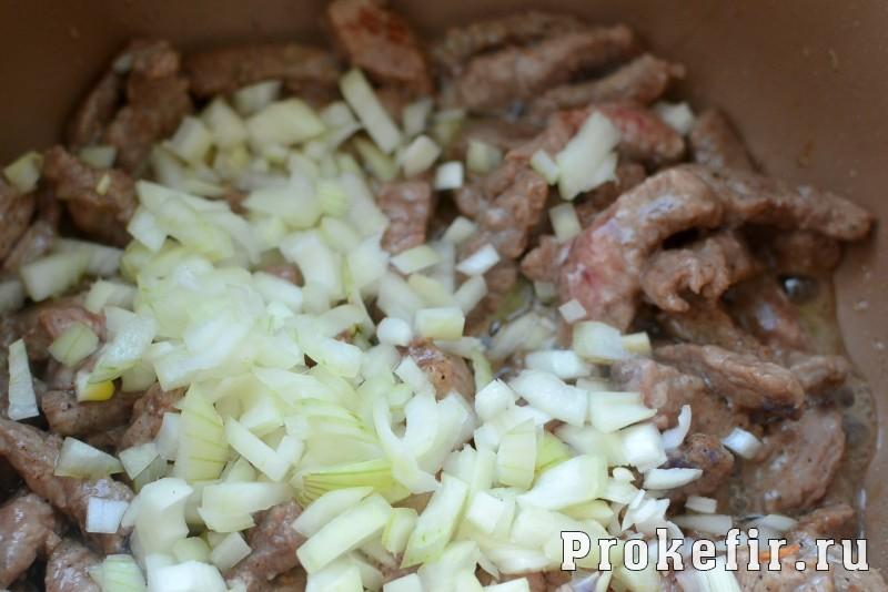 Бефстроганов из говядины в мультиварке в томатно кефирном соусе: фото 5