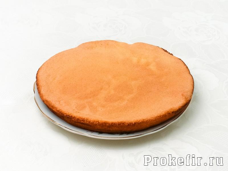 Бисквитный торт с фруктами и кефирным кремом: фото 3