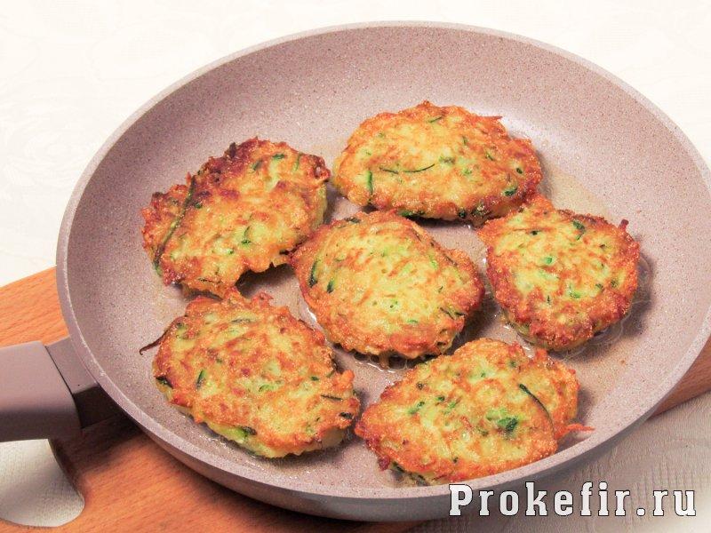 Драники из кабачков на сковороде пышные с манкой и кефиром: фото 4