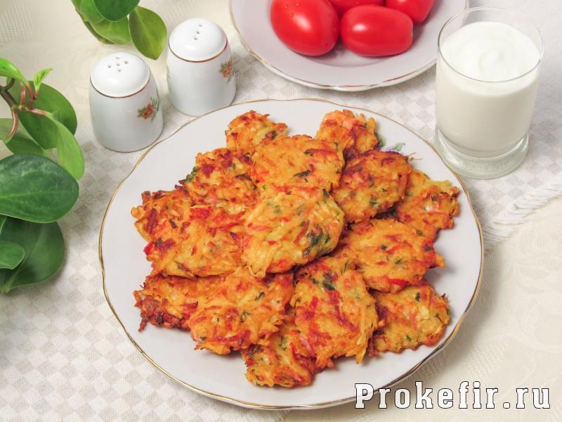 Драники с колбасой и овощами на кефире