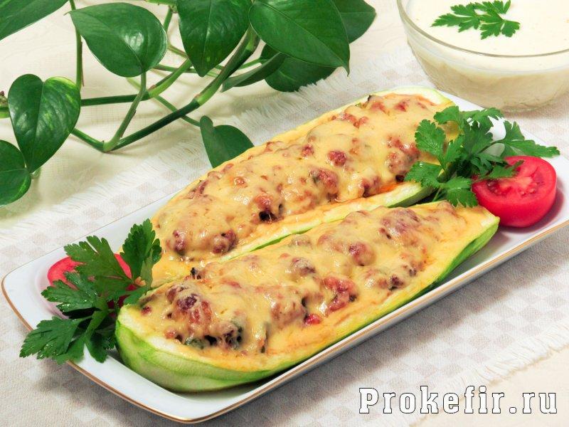 Говядина с кабачками в духовке с помидорами и кефирным соусом