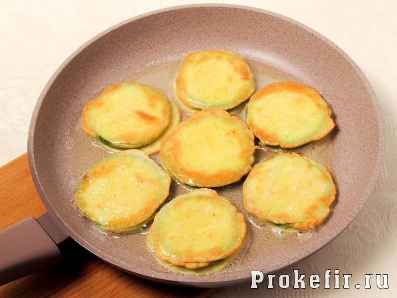 Кабачки жареные с яйцом и мукой и помидором на сковороде: фото 4