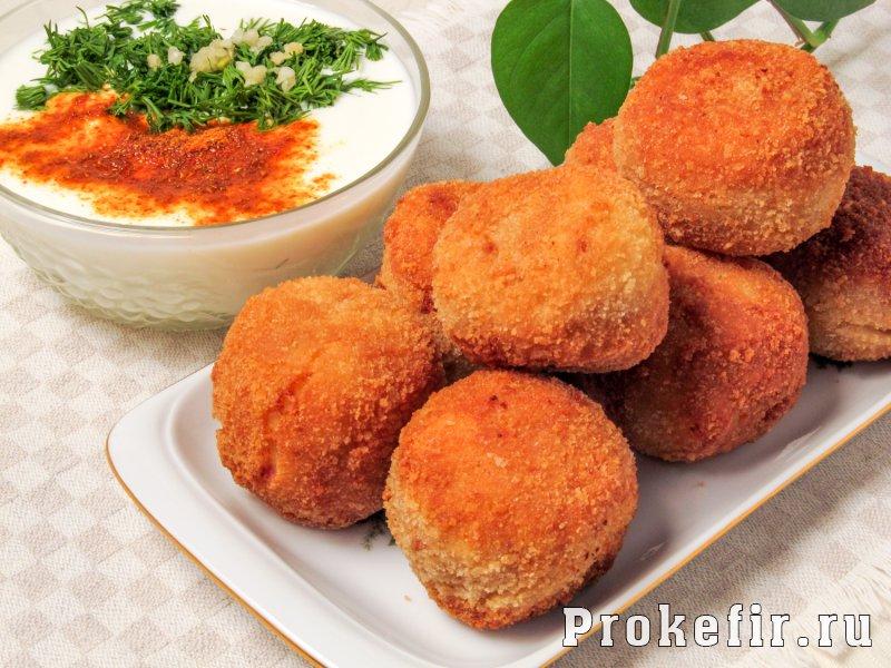 Картофельные шарики с сыром и ветчиной во фритюре с кефирным соусом