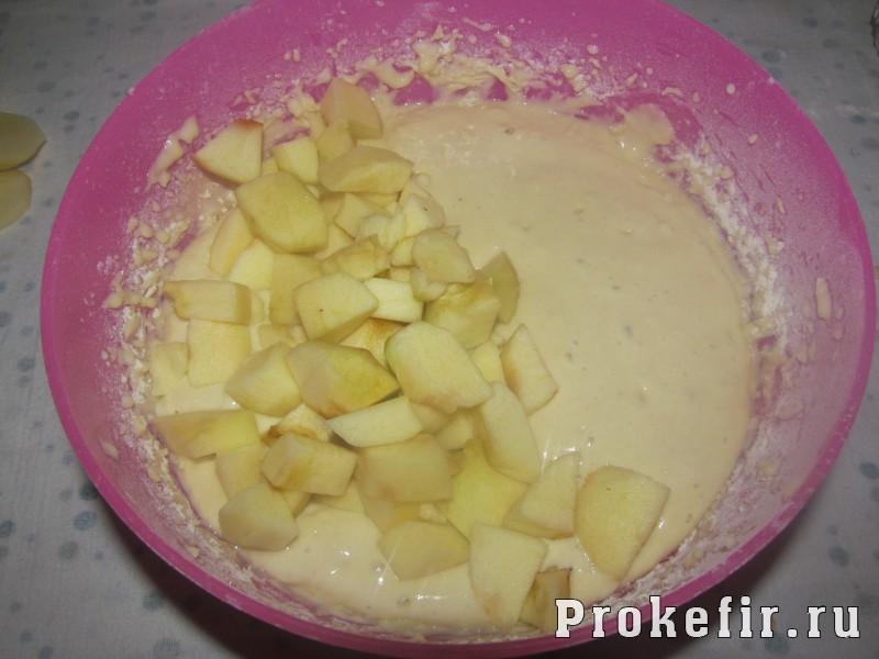 Кекс на кефире с яблоками в мультиварке: фото 4