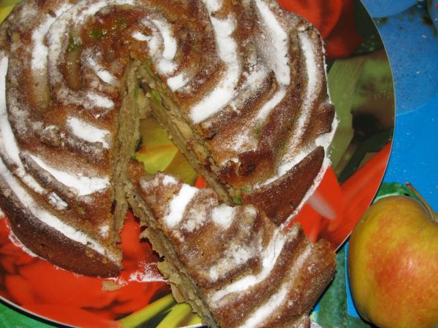 кусочек яблочного кекса на кефире с с яблоками