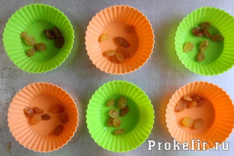 Кексы со сгущенкой в силиконовых формочках на кефире: фото 6