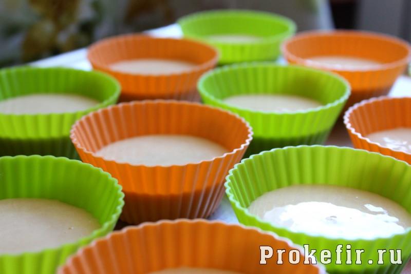 Кексы со сгущенкой в силиконовых формочках на кефире: фото 7