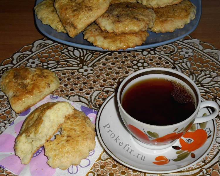 Домашние коржики на тесте из кефира с чаем