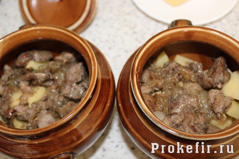 Куриная печень с картошкой в духовке в горшочках: фото 6