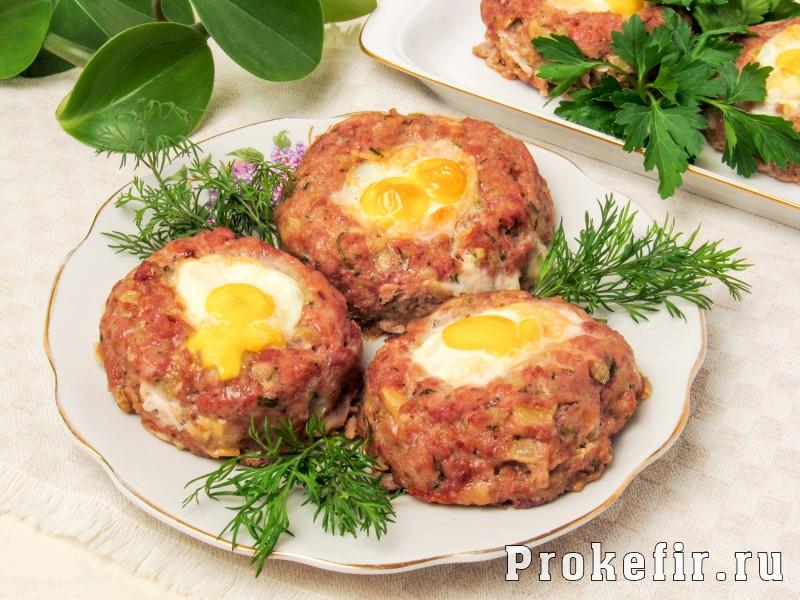 Мясные гнезда из фарша с яйцом и сыром