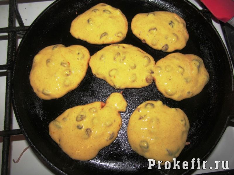 Оладьи с изюмом на кефире с куркумой без яиц и без дрожжей: фото 6