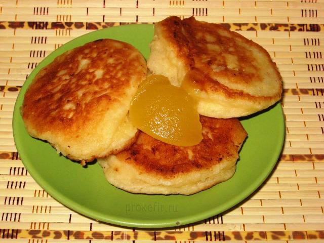 Оладьи на кефире с яблоками, корицей и мёдом