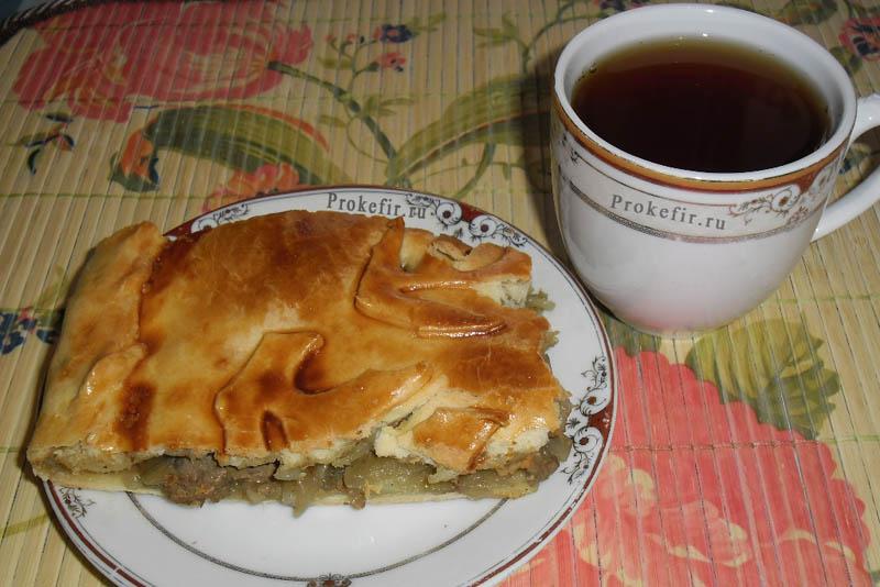 Кусочек пирога с куриной печенью, луком и картошкой