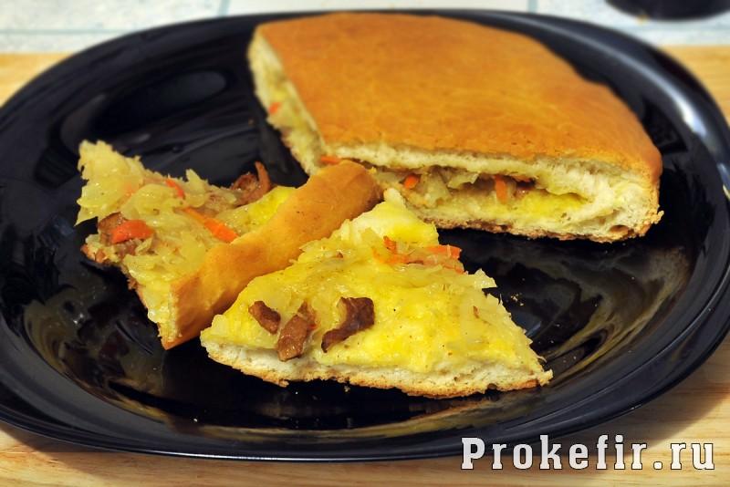 Пирог с капустой и грибами из дрожжевого теста на кефире