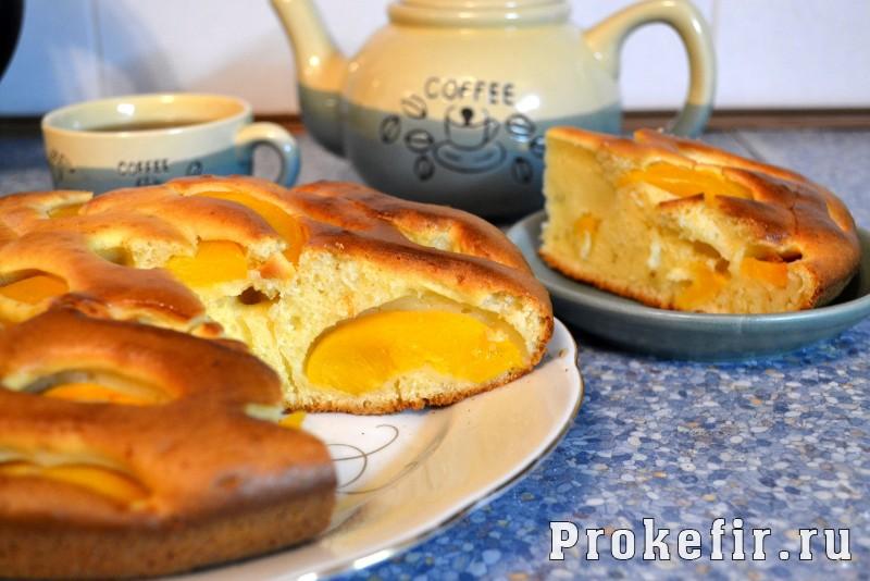 Пирог с консервированными персиками на кефире пушистик: фото 7