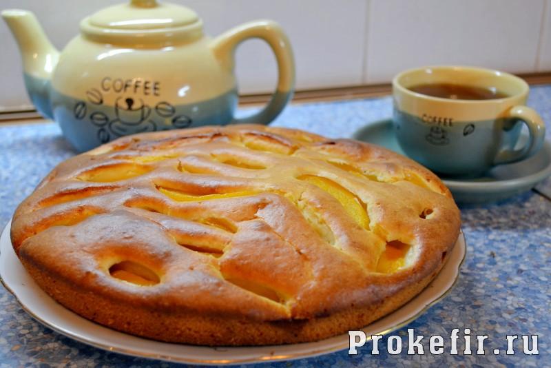 Пирог с консервированными персиками на кефире пушистик