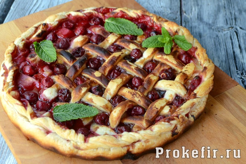 Пирог с вишней из слоеного теста в духовке: фото 10