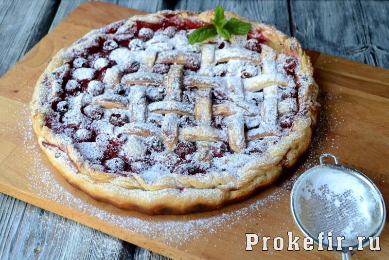 Пирог с вишней из слоеного теста в духовке: фото 11