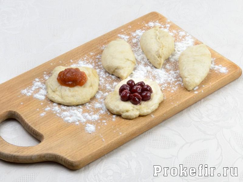 Пирожки с повидлом в духовке из дрожжевого теста на кефире: фото 3