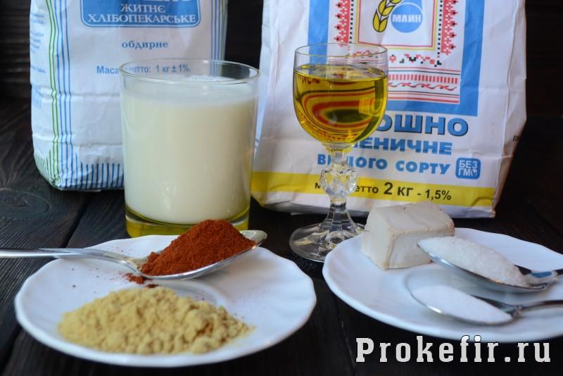 Пшенычно ржаной хлеб с паприкой и горчицей на кефире: фото 1