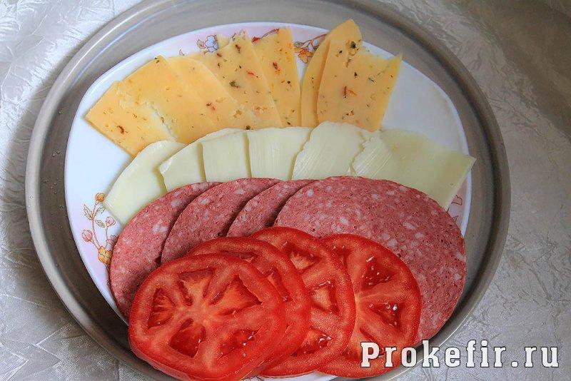 Рецепты простых горячих сырных бутербродов в духовке с колбасой и помидорами с кефирными соусами: фото 2