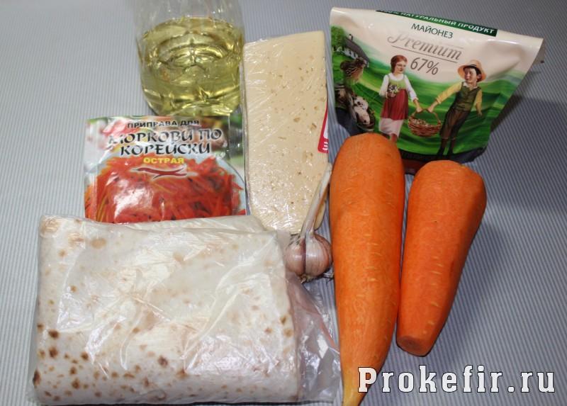 Рулет из лаваша с корейской морковью и сыром с кефирным соусом: фото 1