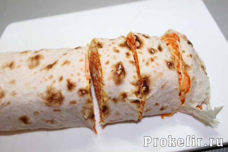 Рулет из лаваша с корейской морковью и сыром с кефирным соусом: фото 8