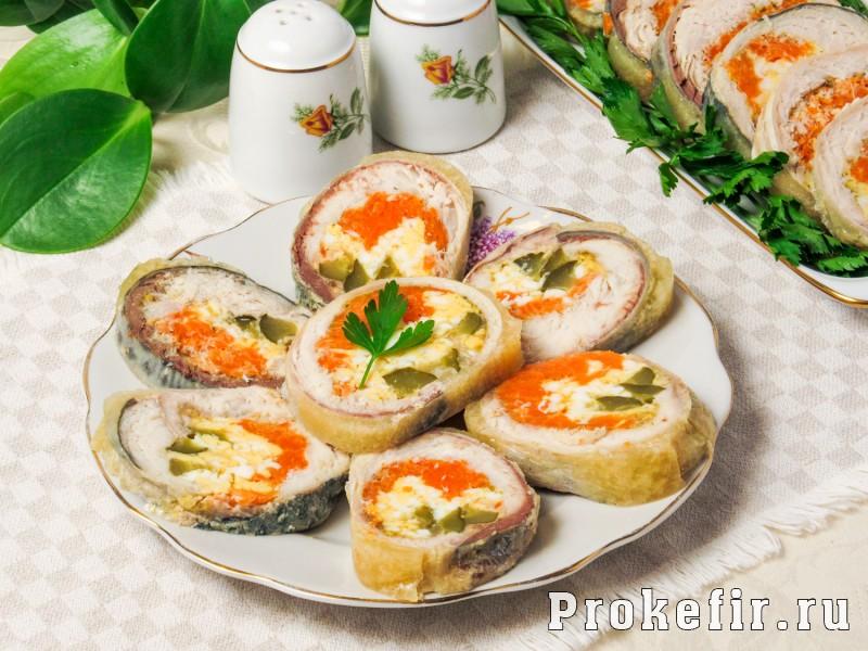 Рулет из скумбрии с желатином и яйцом с морковью и огурцом