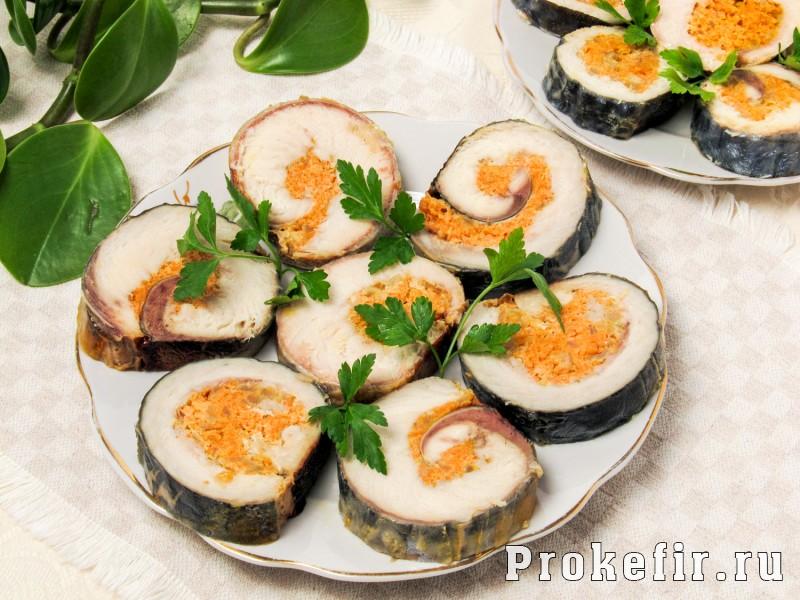 Рулет из скумбрии запеченный в духовке с морковью и луком в фолге
