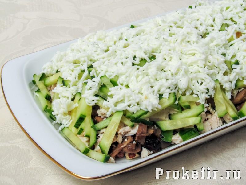 Салат березка с курицей и грибами и черносливом и соусом на кефире: фото 11
