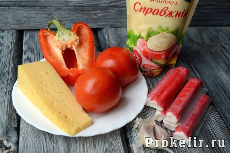 Салат красное море с крабовыми палочками сыром и помидорами: фото 1