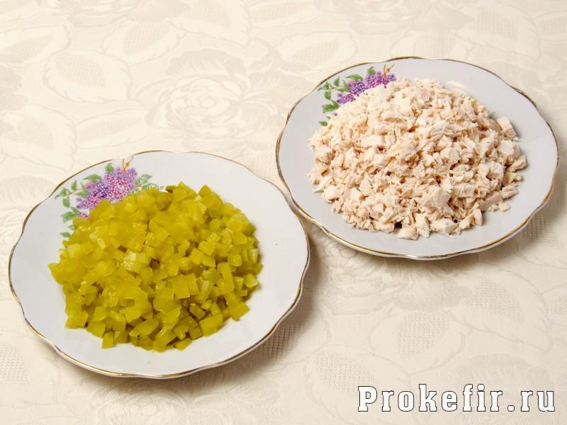 Салат обжорка с курицей и грибами с легким кефирным соусом: фото 4