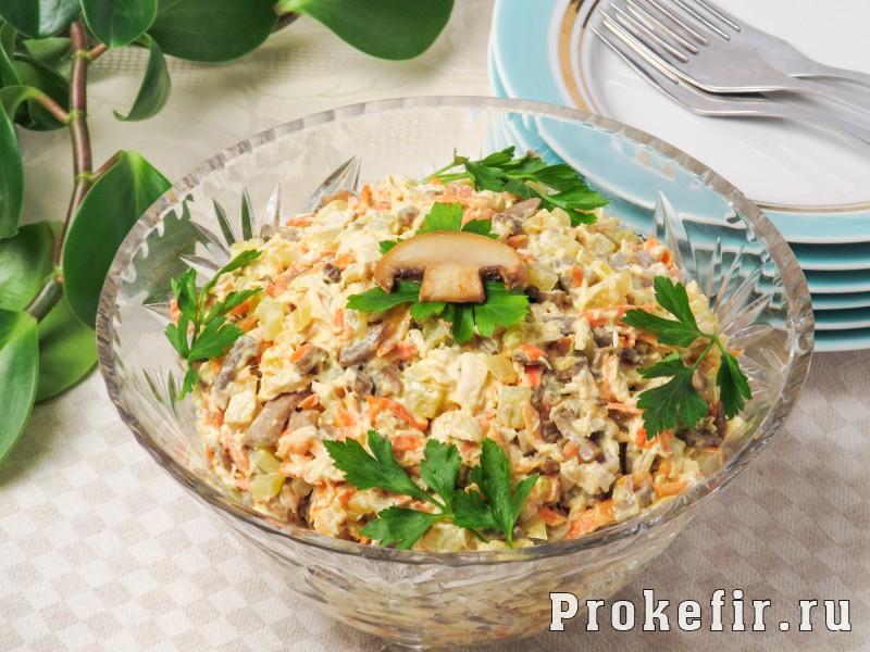 Салат обжорка с курицей и грибами с легким кефирным соусом: фото 8