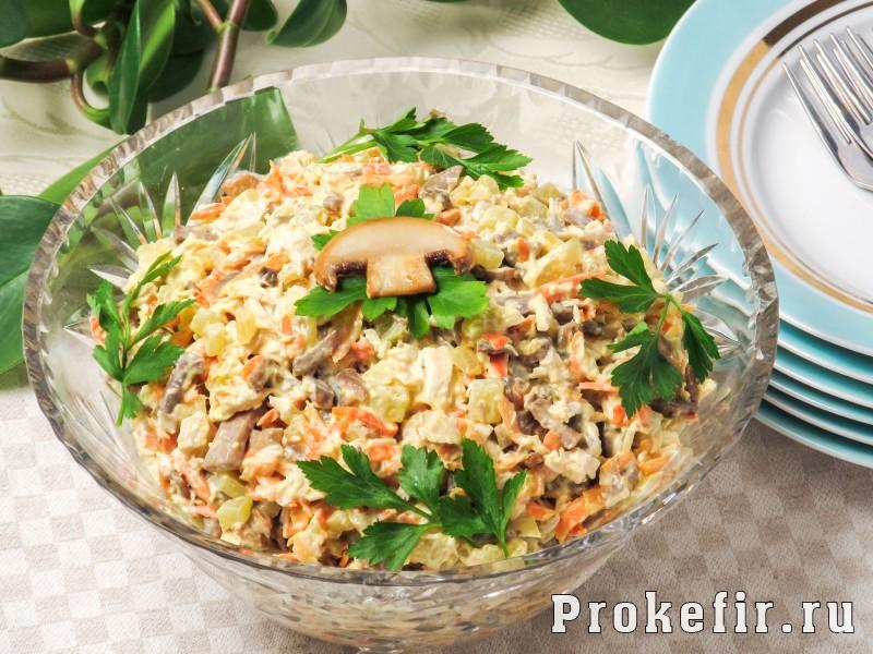 Салат обжорка с курицей и грибами с легким кефирным соусом