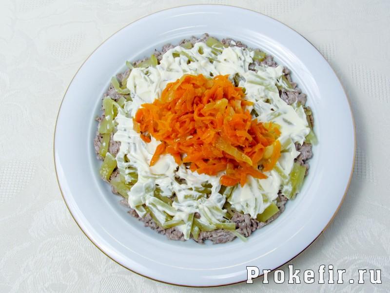 Салат обжорка с печенью и солеными огурцами слоями: фото 7