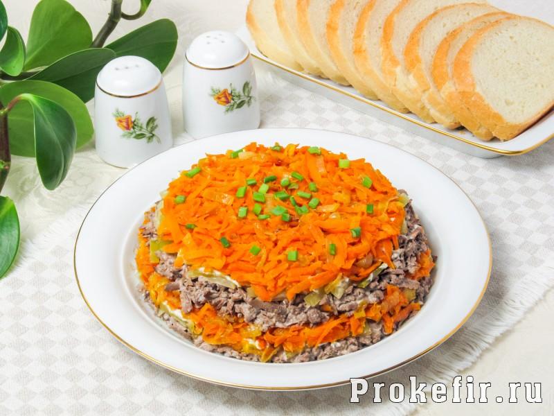 Салат обжорка с печенью и солеными огурцами слоями: фото 8