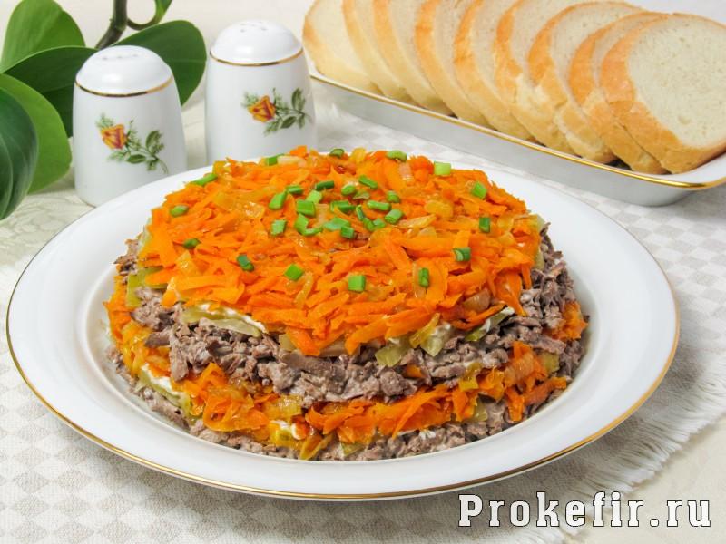 Салат обжорка с печенью и солеными огурцами слоями