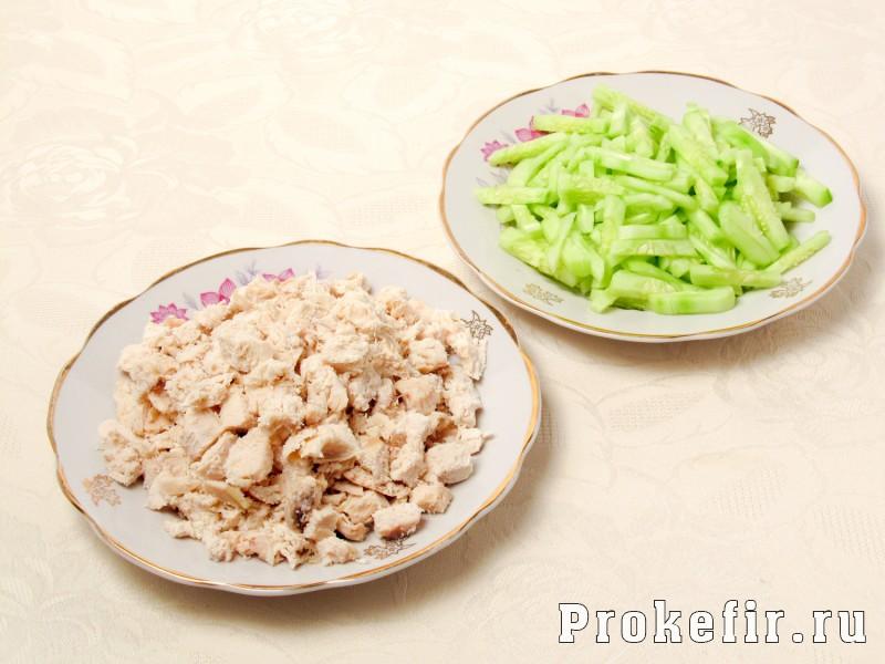 Салат с куриной грудкой и огурцами свежими сыром яйцом и кефирным соусом: фото 4
