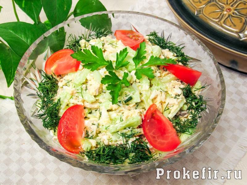 Салат с куриной грудкой и огурцами свежими сыром яйцом и кефирным соусом
