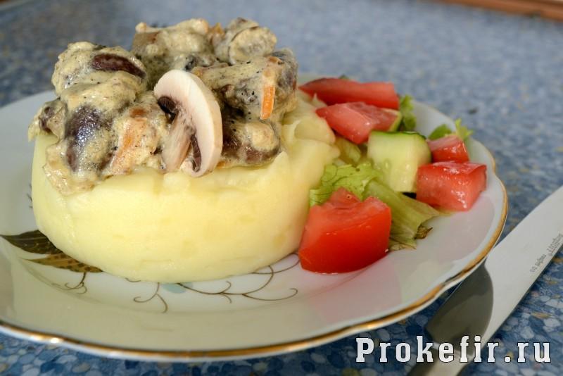 Сердечки куриные тушеные в сметане с овощами и шампиньонами