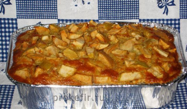 Вкусная  шарлотка на кефире с яблоками
