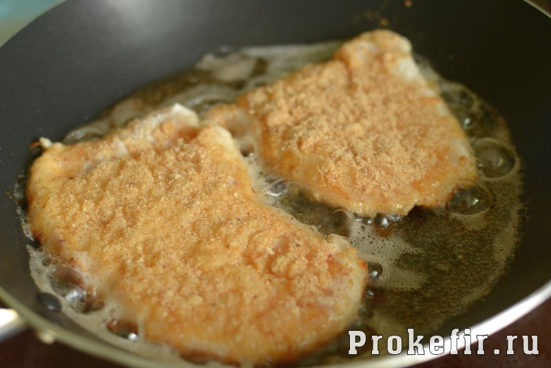 Шныцел из куриной грудки в паныровке из сухарей в кефирном маринаде: фото 6