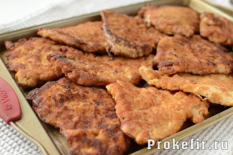Шныцел из куриной грудки в паныровке из сухарей в кефирном маринаде: фото 7