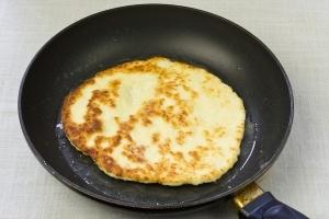 Обжаренная сырная лепешка в сковороде - пора доставать