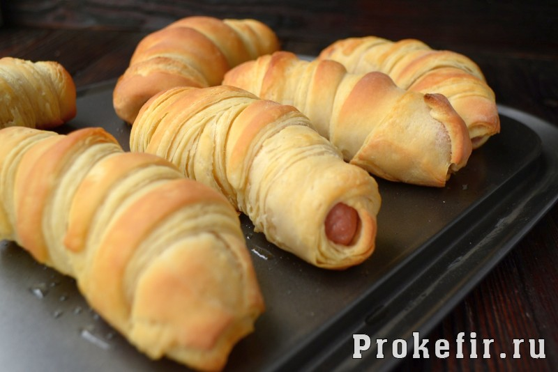 Сосиски в слоеном дрожжевом тесте в духовке на кефире: фото 11