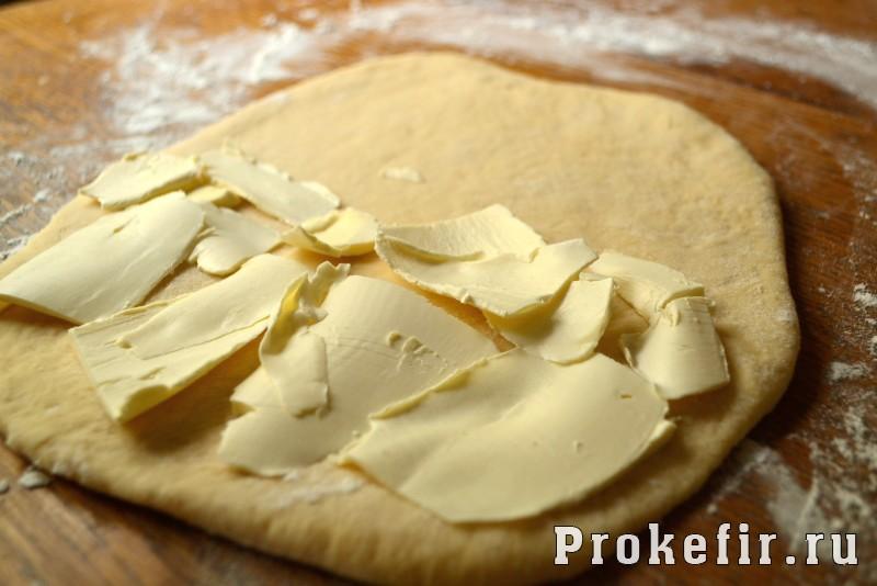 Сосиски в слоеном дрожжевом тесте в духовке на кефире: фото 4