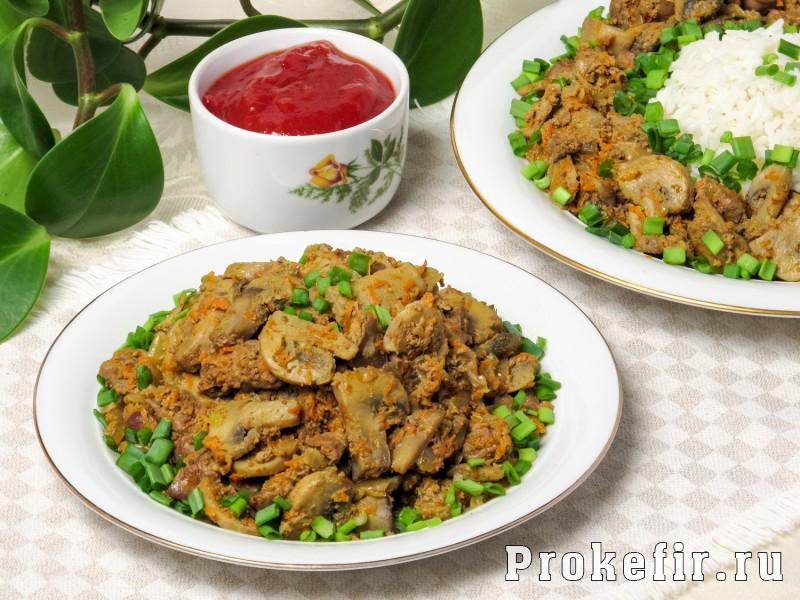 Теплый салат с куриной печеню и грибами с овощами и кефирным соусом