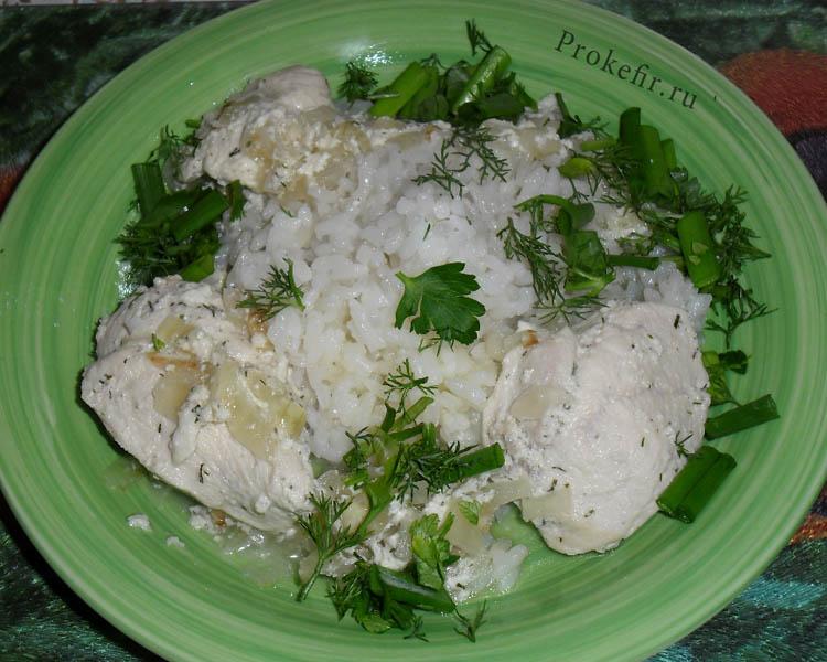 Тушеная грудка в кефире с рисом