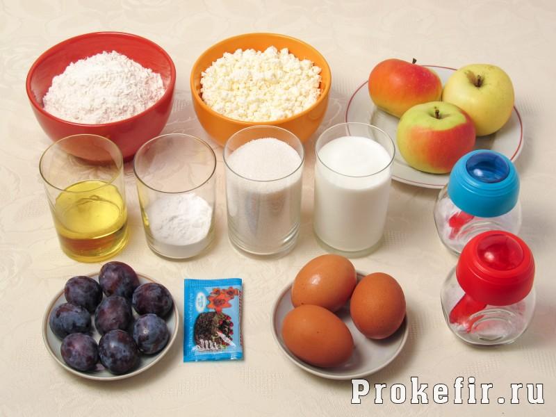 Творожный пирог со сливами и яблоками на кефире: фото 1