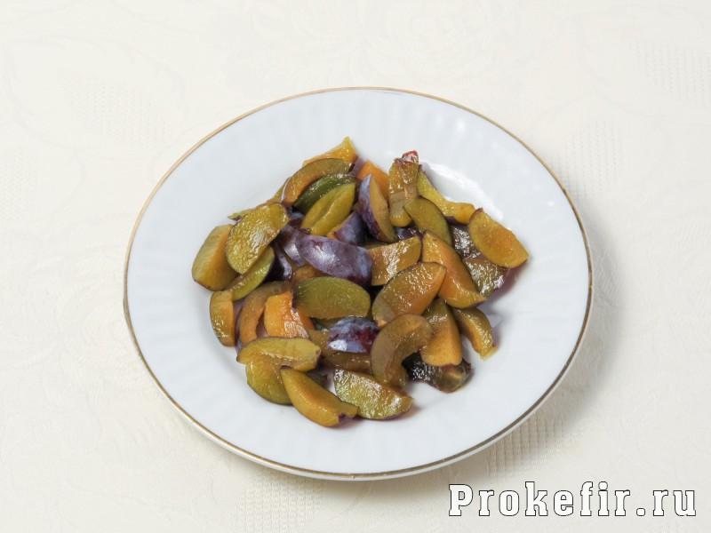 Творожный пирог со сливами и яблоками на кефире: фото 2